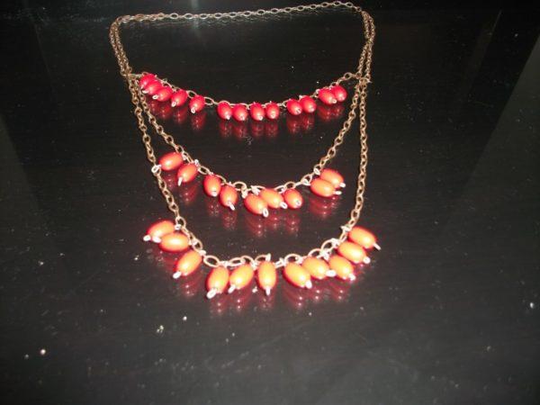 Red beads necklace by Iraqiwomenartwar المراة العراقية ،الفن و الحرب
